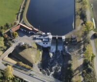 Zu sehen ist das Wasserkraftwerk Schwabmünchen, eines von 7.988 Wasserkraftanlagen in Deutschland, die Momentanreserve bereitstellen können.