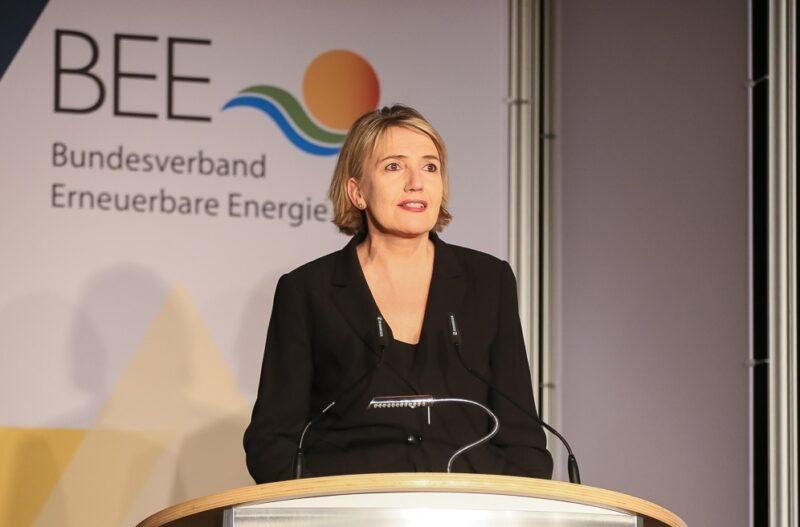 Zu sehen ist BEE-Präsidentin Simone Peter, die die Pläne zur EEG Novelle kritisiert.