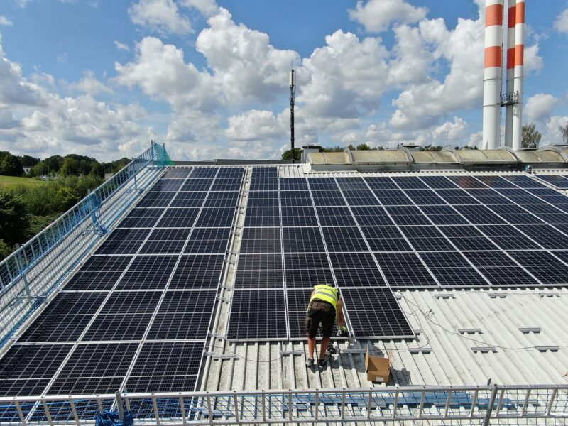 Zu sehen ist eine Photovoltaik-Dachanlage. Bei diesen sollte bei der Nachbesserung der EEG-Novelle 2020 von den Ausschreibungen abgesehen werden.