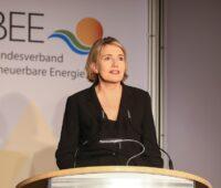 Zu sehen ist Dr. Simone Peter, die eine Verspätung für die große EEG-Novelle 2020 befürchtet.