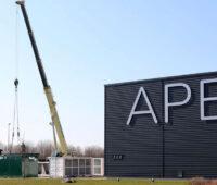 Container-BHKW am Kran auf dem APEX-Gelände