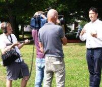 Bürgermeister Markus Hollemann, Denzlingen, gibt Fernsehteam ein Interview.