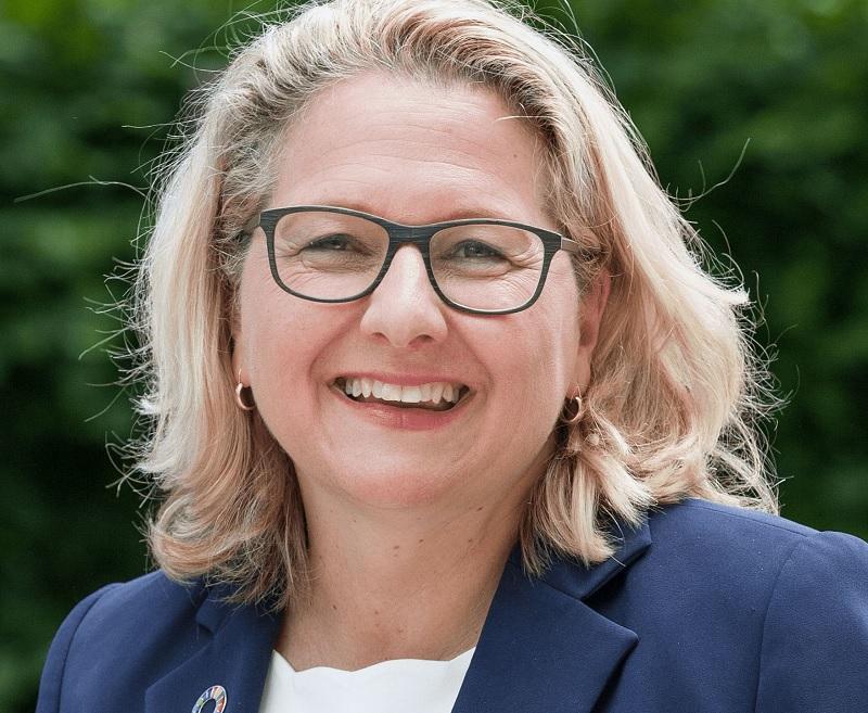 Zu sehen ist Bundesumweltministerin Svenja Schulze, die die Novelle des Klimaschutzgesetzes positiv sieht.