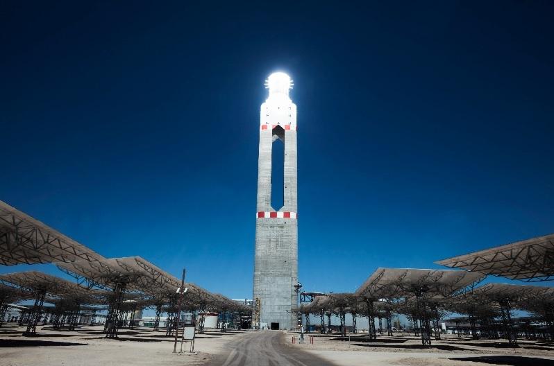 Zu sehen ist der Turm vom Solarthermie-Kraftwerk Cerro Dominador. In der Atocama herrschen ausgezeichnete Bedingungen für Solarkraftwerke mit konzentrierender Solartechnologie (CSP).