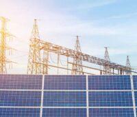 Zu sehen ist ein Umspannwerk mit PV-Modulen im Vordergrund. Die Novelle des Bundesbedarfsplangesetzes legt wichtige Netzausbauvorhaben für die Energiewende fest.
