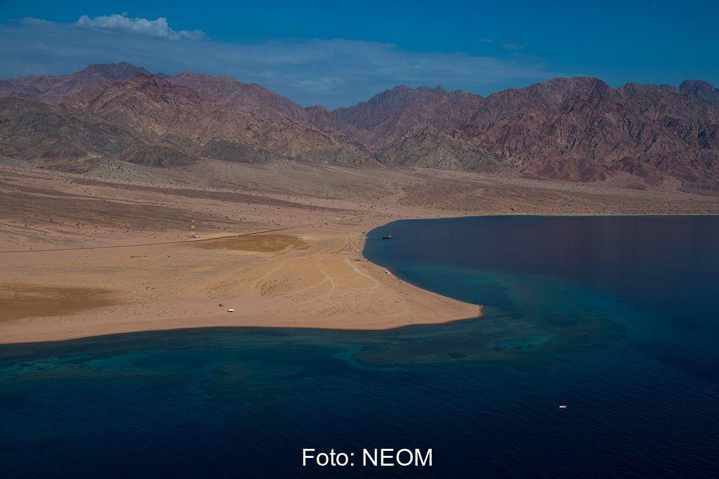 Zu sehen ist eine Küstenlandschaft, in der das PtX-Projekt in Saudi-Arabien im Rahmen von NEOM entstehen soll.