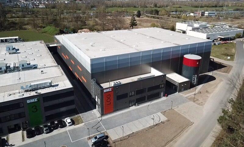 Zu sehen ist das neue Logistikzentrum für Lithiumionen-Batterien der BMZ Gruppe.