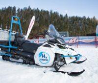 Zu sehen ist das Schneemobil das Photovoltaik im Wintersport nutzen soll, indem es mit PV-Strom gewonnenen Wasserstoff nutzt.
