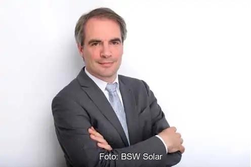 Zu sehen ist BSW-Hauptgeschäftsführer Carsten Körnig, der ein Solar-Beschleunigungsgesetz fordert.
