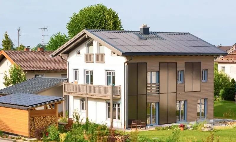 Zu sehen ist eines der Solardächer in Deutschland, das Photovoltaik und Solarthermie kombiniert.