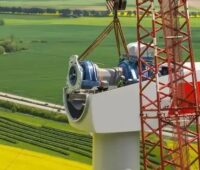 Zu sehen ist die Montage einer Gondel einer Windkraftanlage. Der NABU Baden-Württemberg fürchtet, dass die Windenergie-Ausbauziele in der geplanten Novelle des Klimaschutzgesetzes in Baden-Württemberg nicht erreicht werden.