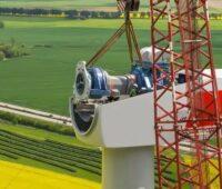 Zu sehen ist eine Montage einer Windenergie-Anlage. Die Zuschläge für Windenergie an Land waren im Mai seit langem nur wenig unterzeichnet.