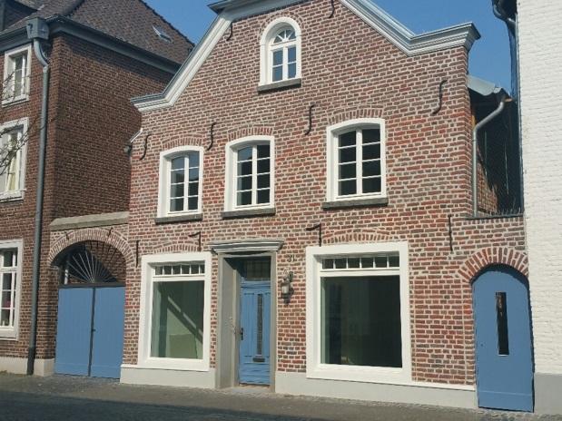 Zu sehen ist ein denkmalgeschütztes Haus in Wachtendonk, das mit einer Wärmepumpe beheizt wird.