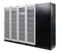 Zu sehen ist die BatteryBox Commercial, ein Speichersystem für das Gewerbe von BYD, mit dem Peak-Shaving und die Eigenverbrauchserhöhung mit einer gewerblichen Photovoltaik-Anlage möglich sind.