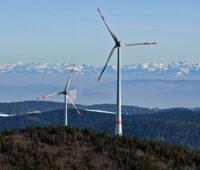 Zu sehen ist ein Windrad im Schwarzwald. Monitoring-Bericht zur Energiewende in Baden-Württemberg sieht ein Defizit beim Windenergieausbau.