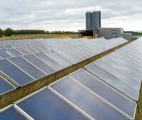 Zu sehen ist ein Solarheizwerk. Baden-Württemberg fördert im Förderprogramm Energieeffiziente Wärmenetze neue Wärmenetze und auch Solarthermie-Großanlagen.