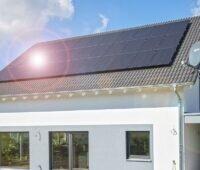Zu sehen ist ein Haus, dessen PV-Anlage auch irgendwann einmal ausgefördert sein wird. Badenova gibt für ausgeförderte Photovoltaik-Anlagen einen Bonus hinzu.