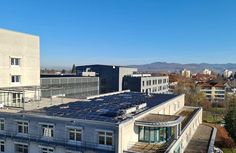 Zu sehen ist die Photovoltaik-Anlage der Uniklinik Freiburg auf Dach von Campus Bad Krozingen.