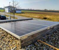 Ein Balkon-Solarmodul liegt montiert auf einem Garagendach.