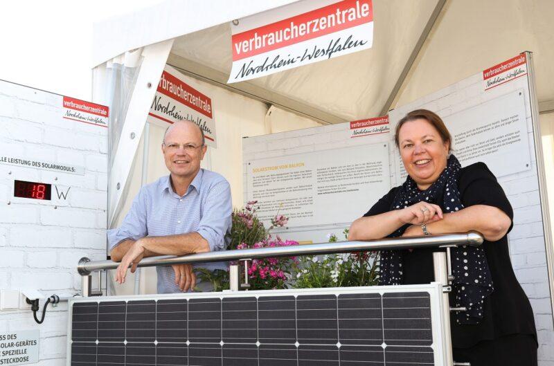 NRW-Umweltministerin Ursula Heinen-Esser und Wolfgang Schuldzinski, Vorstand der Verbraucherzentrale NRW sind mit einer Balkon-Solaranlage zu sehen.