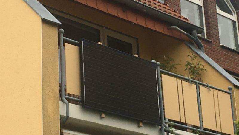 Ein Plug-In-Solarmodul am Balkon.