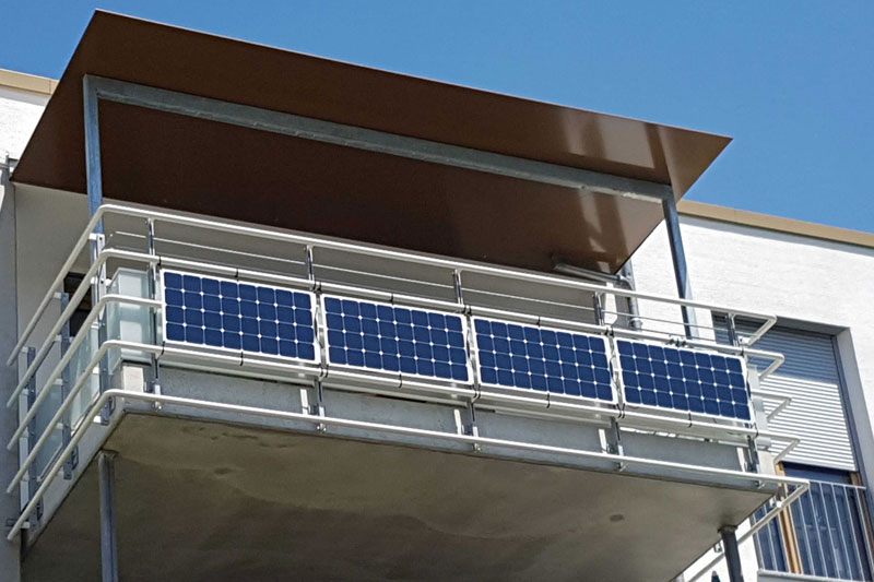 Solarmodule an einem Balkongeländer