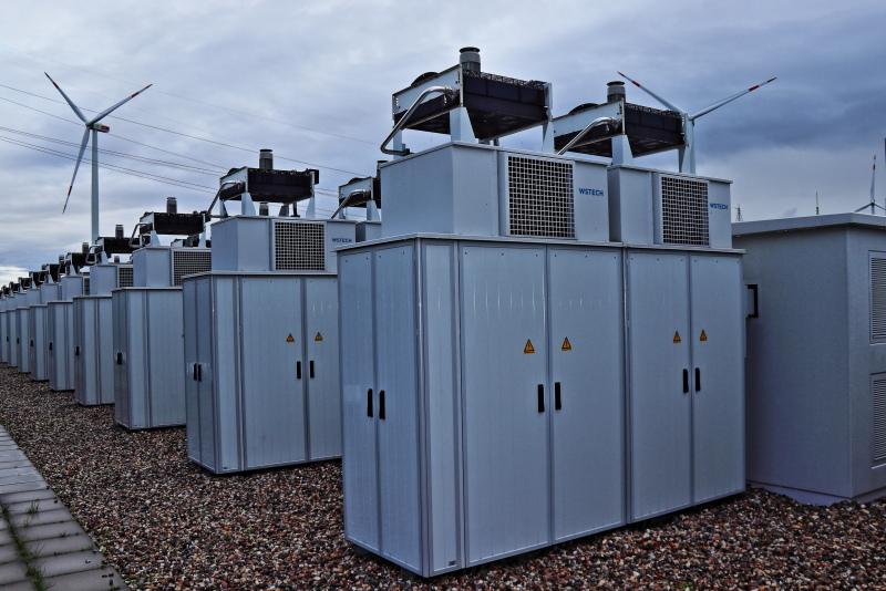 Ein Batteriespeicherpark von vorn.