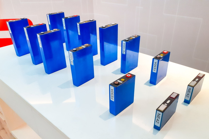 Ein Tisch präsentiert verschiedene Typen von Batteriezellen.