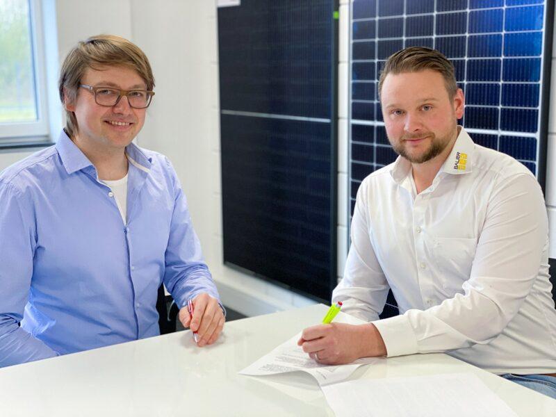 Zu sehen die die Geschäftsführer Hermann Schmees von Redpoint New Energy und Andreas Bauer von Bauer Solartechnik bei der Vertragsunterzeichnung