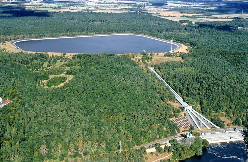 Zu sehen ist ein Luftbild vom Vattenfall-Pumpspeicher Geesthacht, wo der Baustart für die Photovoltaik am Damm des Oberbeckens erfolgte.