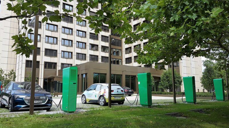 ZU sehen sind Elektroaustos vor der Konzernzentrale von BayWa. Das Unternehmen entwickelt eine Ladetechnologie ohne Ladekarte mit dem ISO-Standard 15118.