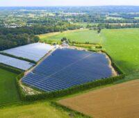 Luftbild einer Solaranlage über landwirtschaftlicher Fläche.