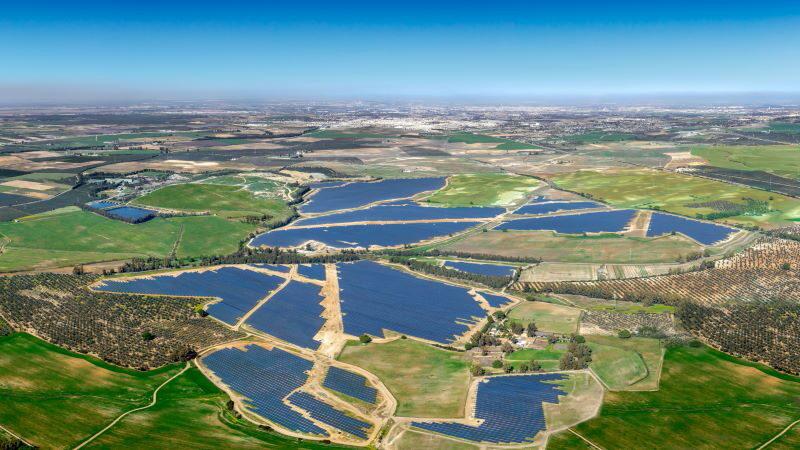 Eine Luftaufnahme zeigt einen der größten Solarparks Spaniens umgeben von grünen Feldern.