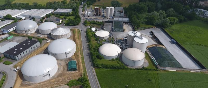Eine Anlage mit vielen Biogasfermentern aus der Vogelperspektive.