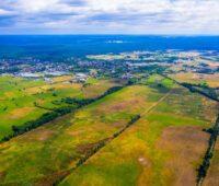 Luftaufnahme einer ungenützten Landfläche in grün-btaunen Farbtönen.
