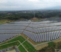 Zu sehen ist eine Luftaufnahme vom Photovoltaik-Solarpark in Japan.