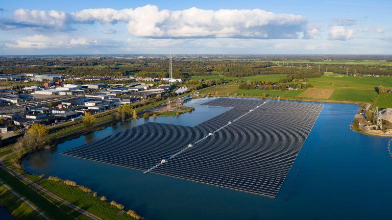 Eine schwimmende PV-Anlage bei der niederländischen Stadt Sekdoorn.