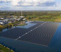 Schwimmedne Solarmodule auf einem künstlichen See in den Niederlanden.