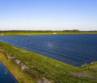 Zu sehen ist die Freiflächen-Anlage, die zur Wasserstoff-Herstellung mit Photovoltaik-Strom herangezogen wird.