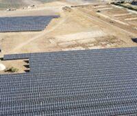 Zu sehen ist ein Luftbild von einem der Photovoltaik-Solarparks auf ehemaligem Militärgelände, der sich zurzeit im Bau befindet.