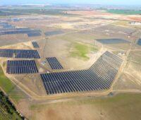 Luftbild: große Solarstromanlage in Spanien
