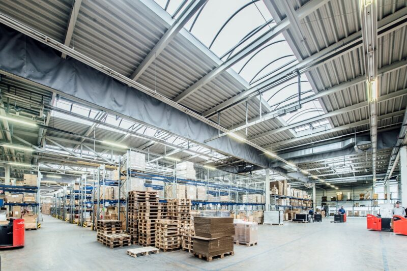 Zu sehen ist eine Lagerhalle wie die vom neuen Photovoltaik-Logistikstandort von Baywa in Polen.