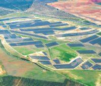Zu sehen ist eine Luftaufnahme vom Photovoltaik-Solarpark Don Rodrigo 2.