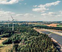 Zu sehen ist das Photovoltaik-Wind-Hybridprojekt von BayWa r.e.