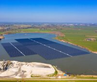 Zu sehen ist eine Floating-PV-Anlage, deren Umweltauswirkungen BayWa re untersucht hat.