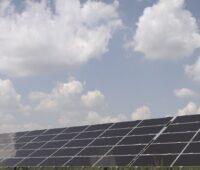 Zu sehen ist eine Photovoltaik-Anlage von Baywa. Der Konzern deckt seinen Strom zu 100 Prozent aus erneuerbaren Energien.