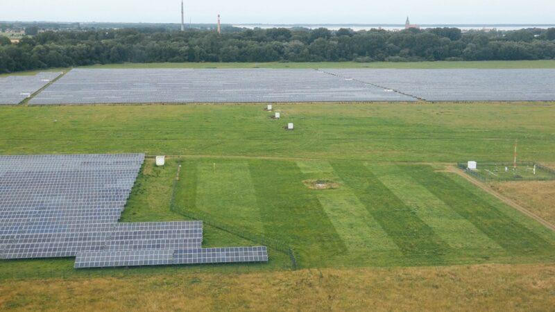 Der Solarpark Barth 5 ist aus der Luft zu sehen. Es handelt sich um ein großes Gelände mit vielen Photovoltaik-Modulen