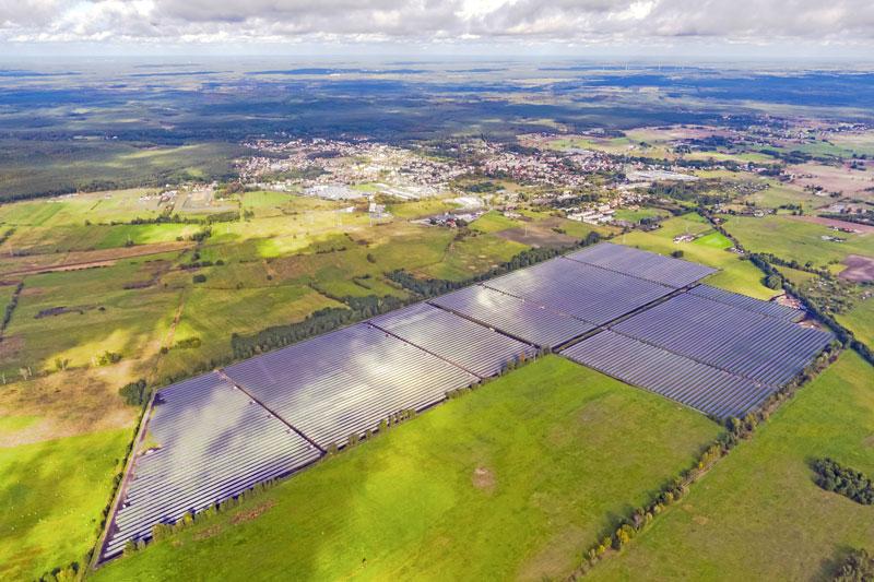 Luftbild eines Solarparks in Polen