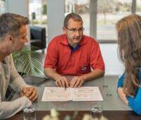 Energieberater im Gespräch mit Hausbesitzern