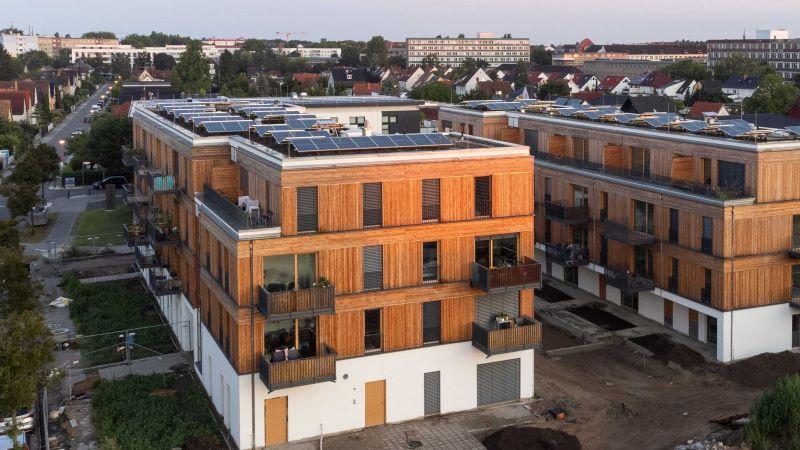 Zwei Berliner Neubauten in Holzbauweise mit PV auf den Dächern.